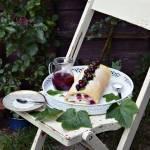 Lekka rolada biszkoptowa z wiśniami i czarną porzeczką