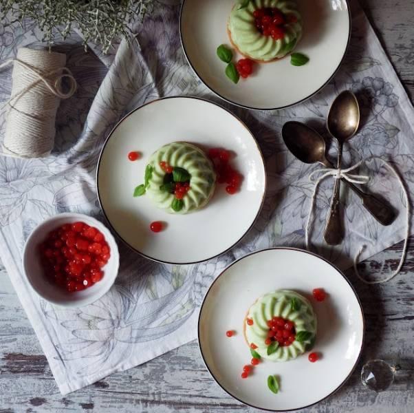 Bazyliowa panna cotta z mozzarelli z pomidorowym