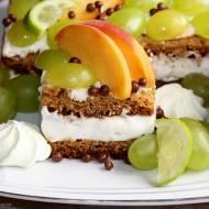 Ciasto podwójnie miodowe z kremem mascarpone i owocami
