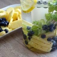 Woda z ananasem i borówkami