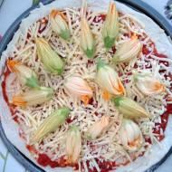 Pizza pełnoziarnista z kwiatami dyni