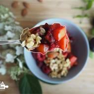 Prażone śliwki, owoce sezonowe i granola z patelni