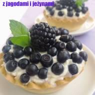 Mini tarty z jagodami i jeżynami.