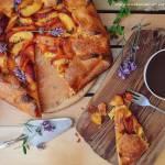 Rustykalna tarta z brzoskwiniami i lawendą