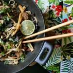 Wołowina z makaronem, mun, pędami bambusa na ostro, z nutą imbiru (danie z woka)