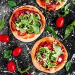 Mini pizze z brązowymi pieczarkami i rukolą