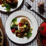 Mozzarella zapiekana w pełnoziarnistej polencie z czerwoną quinoą i soczyste warzywa