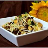 Chow mein z kurczakiem i grzybami
