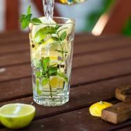 Lemoniada cytrynowa z miętą limonką i imbirem