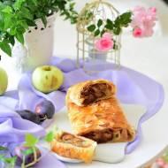 Francuski strudel z jabłkami, śliwkami i pierniczkami