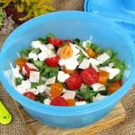 Sałatka z pieczonym schabem, pomidorkami, ogórkiem i serem