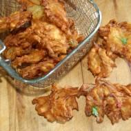 Pakora , chrupiąca indyjska przekąska cebulowa