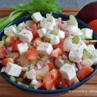 Sałatka z pomidorami, selerem naciowym i serem feta