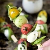 Mini szaszłyki z mozzarellą i sosem bazyliowym