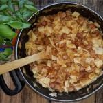 Obiadowy garnek – paprykowe łazanki z dużą ilością kiełbasy i pastą warzywną