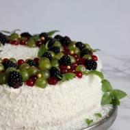 Tort owocowy z bitą śmietaną i wiórkami kokosowymi