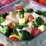 Sałatka brokułowa z jajkiem i pomidorami