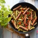 Białe kiełbaski z fasolką szparagową, papryką, marchewką i cukinią
