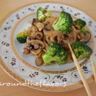 Makaron ryżowy z brokułem