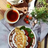 PROJEKT ŚNIADANIE: Omlet z karmelizowanymi pomidorami i kozim serem