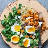 Sałatka z batatem i jajkiem na miękko