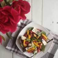 Sałatka z serem pleśniowym i kukurydzą