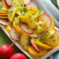 Sałatka z żółtej cukinii i rzodkiewki z dressingiem ziołowym