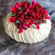 Tort bezowy Pavlova z malinami