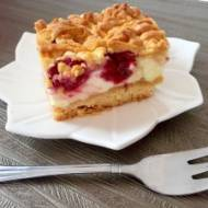 Kruche ciasto z malinami i budyniową pianką