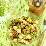 Sałatka ziemniaczana z kiszonymi kurkami i zielonymi warzywami