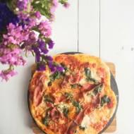 Pizza z szynką parmeńską i szpinakiem