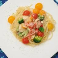 Wspaniały makaron z kurczakiem i kolorowymi warzywami