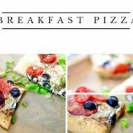 Śniadaniowa pizza z jajkiem, szynką parmeńską, oliwkami i pomidorkami