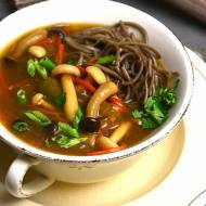 Zupa miso z shimeji i soba
