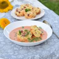 Zupa pomidorowa z makaronowymi koszyczkami.