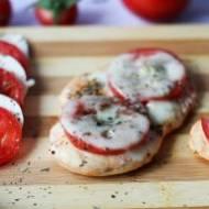 Pieczone piersi kurczaka z mozzarellą i pomidorami