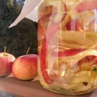 Domowy ocet jabłkowy z obierek i ogryzków. Nie wyrzucaj - wykorzystaj!