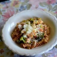 Makaron z sosem pomidorowym, brokułami i tuńczykiem
