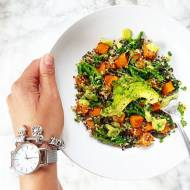 Sałatka z komosy ryżowej z pieczoną dynią i  brokułami.