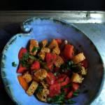 Klasyczna sałatka toskańska z pomidorów i pieczywa