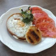 Chleb z dziurką i jajkiem