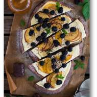 Piernikowa pizza z serkiem ricotta, owocami i miodem