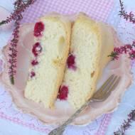 Biszkoptowe ciasto z czekoladą i malinami.