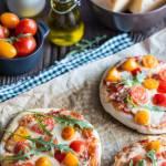 Kolorowe mini pizze z serem mozarellą, pomidorkami i papryką