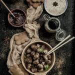 Pulpeciki z piersi kaczki z piernikiem, chutneyem śliwkowym i dipem musztardowo- sezamowym