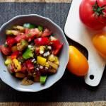 Prosta sałatka z pomidorów i papryki z czarną quinoą