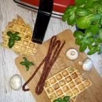 Wytrawne gofry z kabanosami, pieczarką i serem