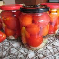 Pomidory w zalewie z czosnkiem i cebulą na zimę. Domowe przetwory.