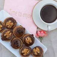 Potrójnie kawowe ciasteczka przekładane kremem i orzechami
