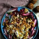 sałatka z cykorii z orzechami włoskimi i serem Stilton